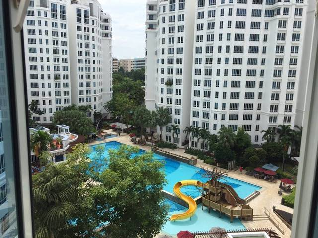 2 Pool view common rooms for rent in the same unit