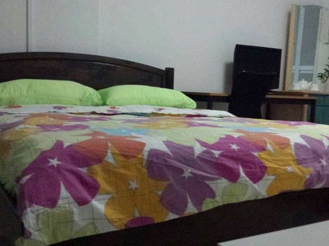 Common room with Queen size bed, air cond, WiFi, study table and shelf.