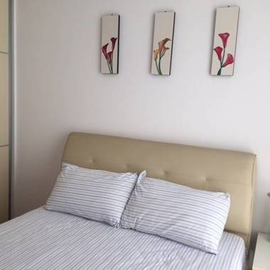 One Single Room to Rent. LakeShore Condo opposites Lakeside MRT. Just 5 mins walking to/from MRT.