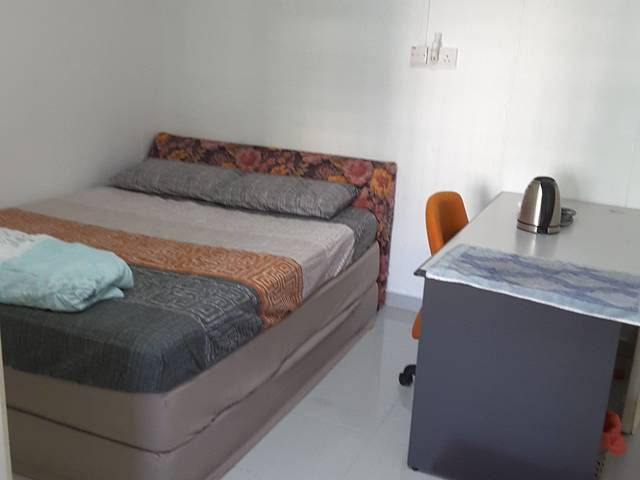 Spacious Master common bedroom for rent - 215 Pasir Ris St 21