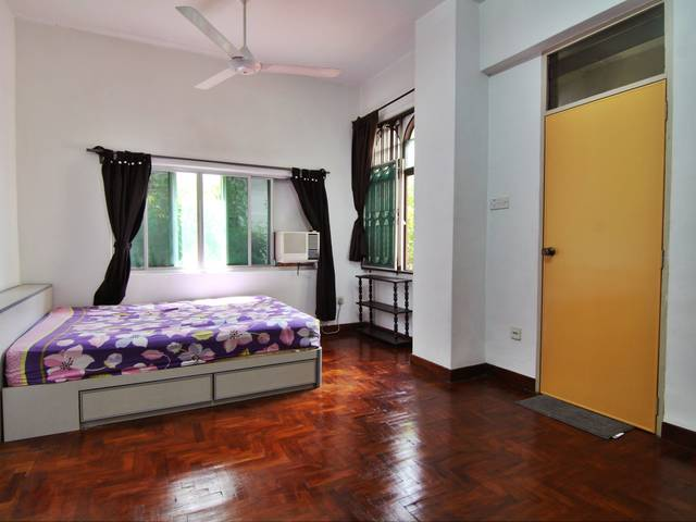 Huge airy room in great location w/ own toilet near park & beach & amenities & garden view