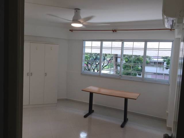 very convenient location near Lakeside MRT: 1 common room at Jurong West St 42 Blk 454 for rent